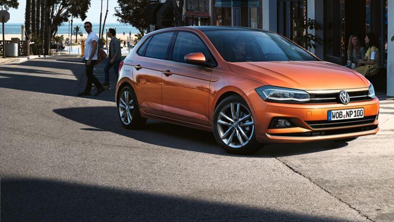 Volkswagen Polo parkert utenfor resturant