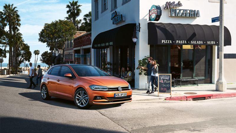 VW Golf GTI fährt auf einer Straße