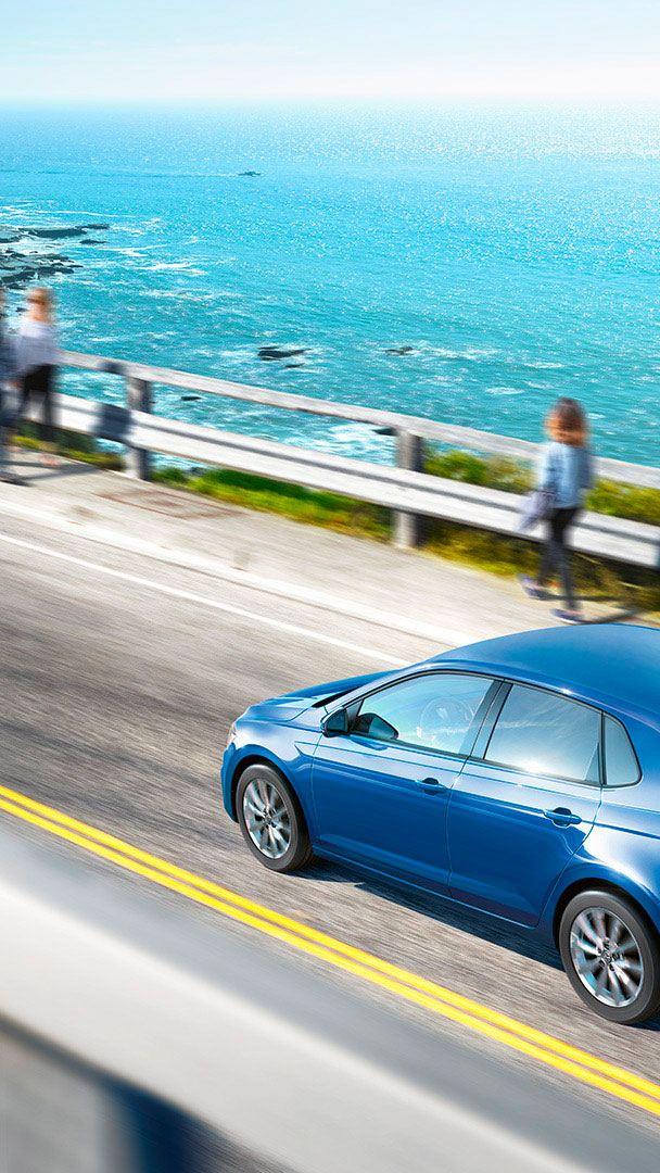 Volkswagen Polo auto a metano su un ponte sul mare