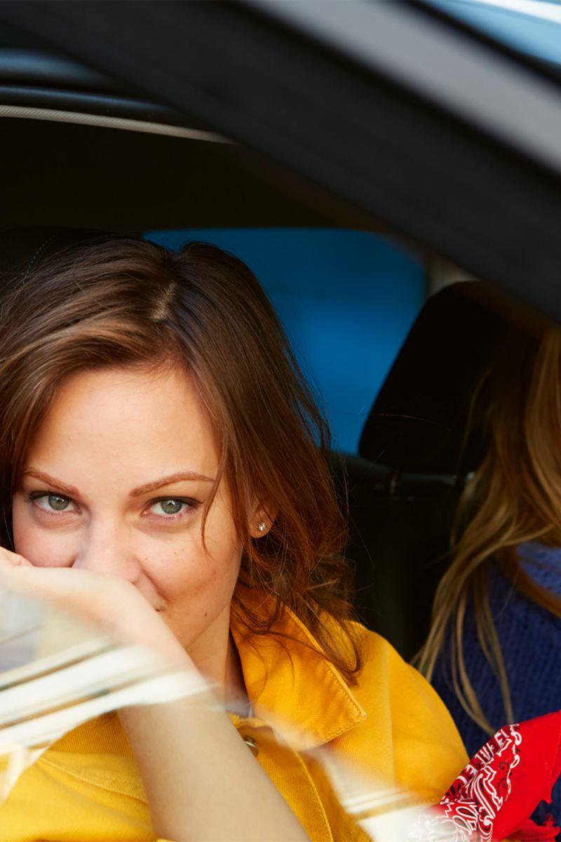Zwei Frauen sitzen vorne im Polo IQ.DRIVE