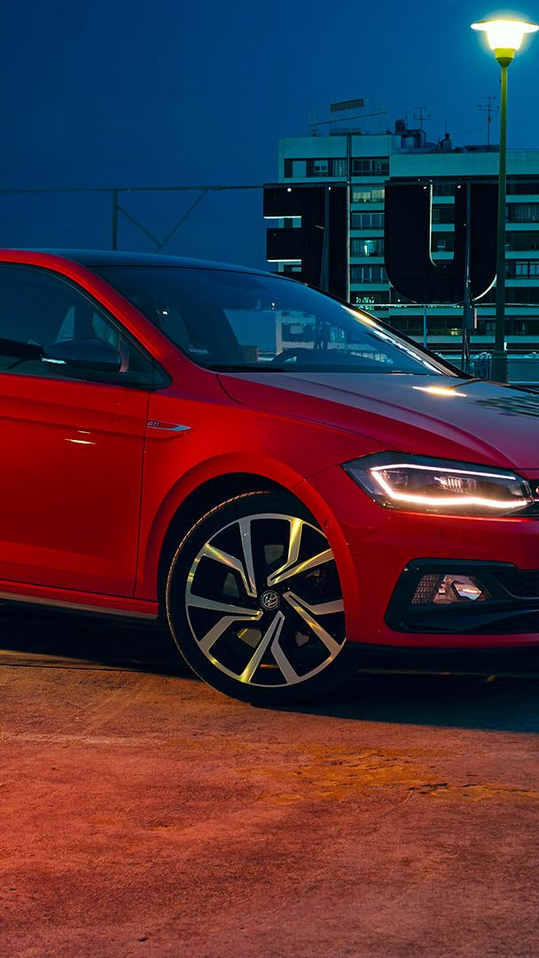 Volkswagen Polo GTI rossa, vista frontale di 3/4 Immagine / video
