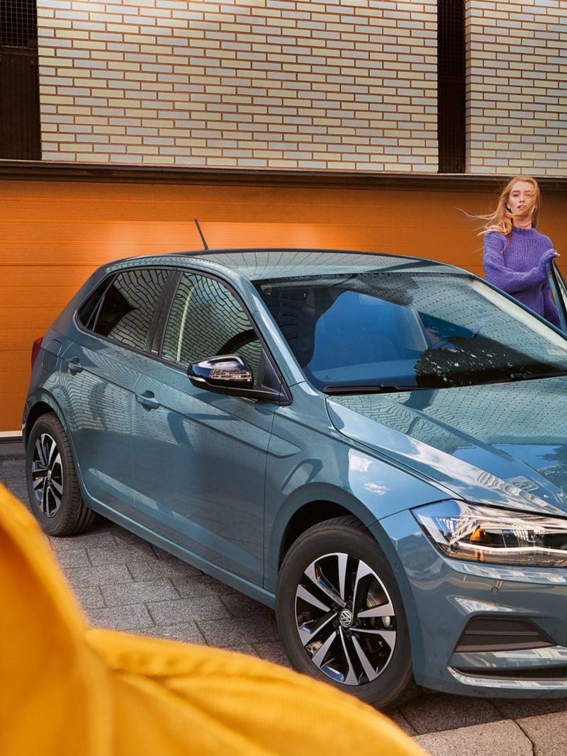 Junge Frau steigt aus Polo IQ.DRIVE aus