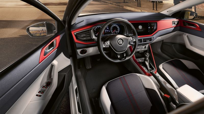 Interieur VW Polo beats met dorpellijsten, beatsaudio logo en decoratieve elementen in Velvet Red