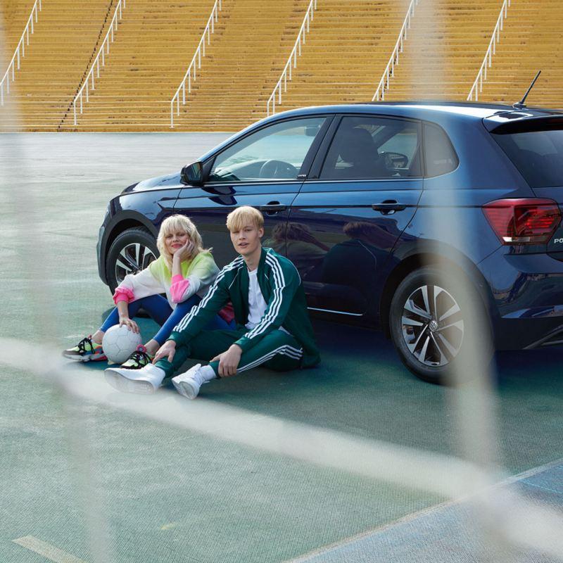 Vista traseira do VW Polo UNITED com jovens ao seu lado