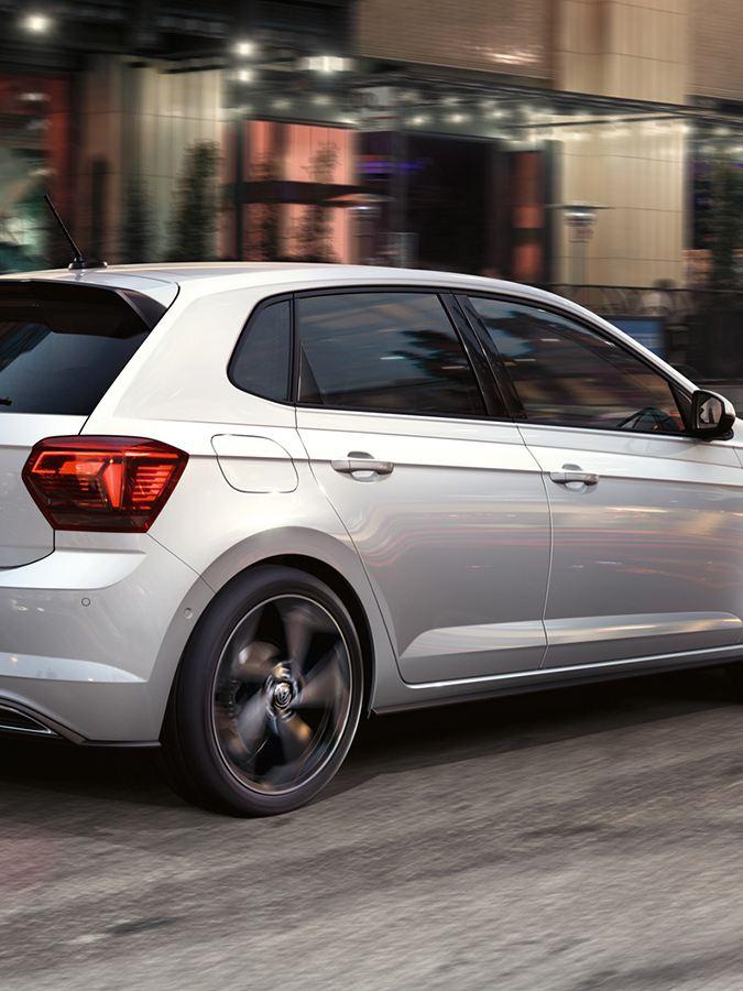 Volkswagen Polo Sport con equipaggiamenti R-Line vista posteriore