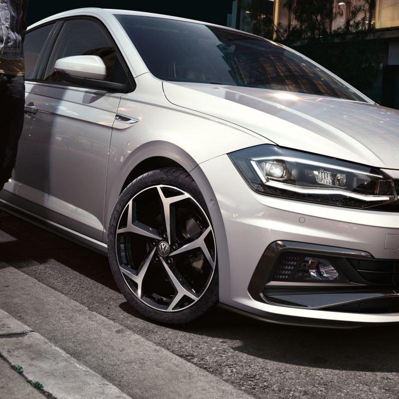 Hopea kaduvarteen pysäköity Volkswagen Polo kuvattuna etuviistosta
