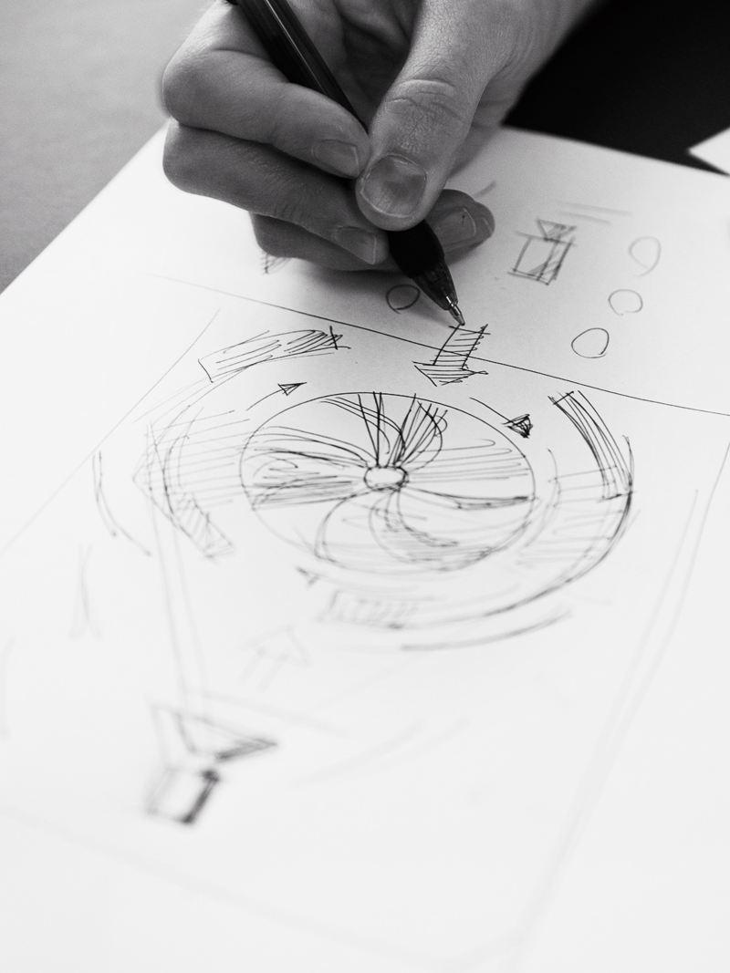 Regissör Linnea Bergman börjar sitt skapande med att rita för hand. Till filmidén med fläkten tillförde Linnea en massa tyg och ett kalkbrott.