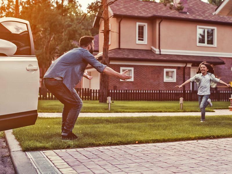 Padre e hijo contentos por recibir crédito financiero para personas de Servicios Financieros Volkswagen
