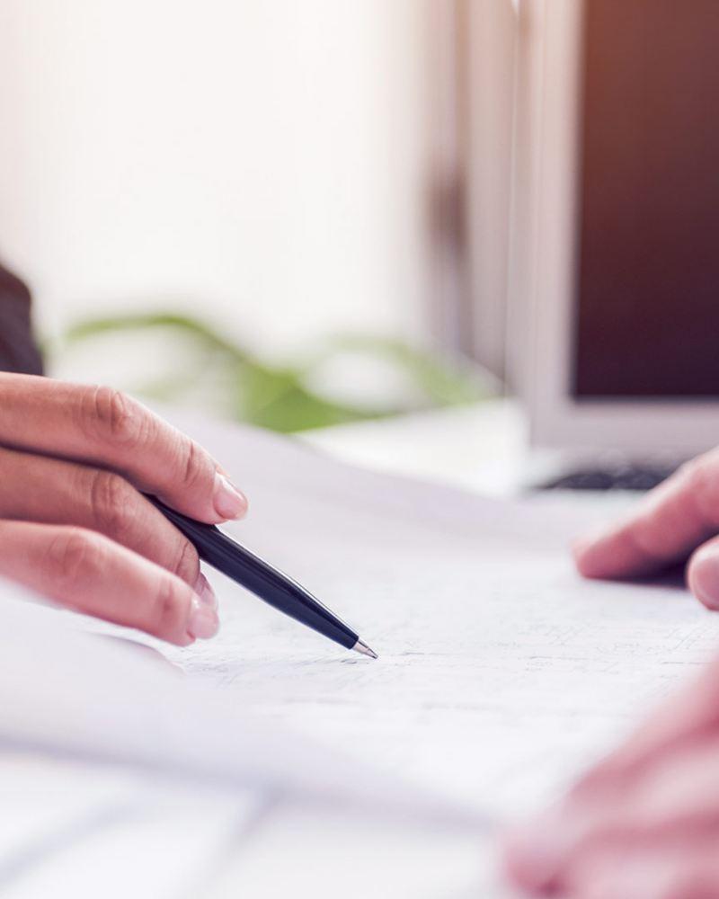 Personas firmando contrato de crédito automotriz a la medida para personas de Servicios Financieros Volkswagen