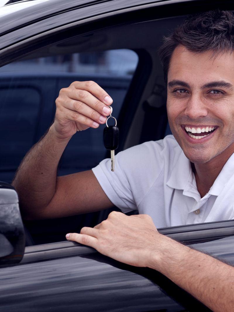 Estudiante al interior de nuevo auto adquirido con crédito automotriz para estudiantes de Servicios Financieros Volkswagen