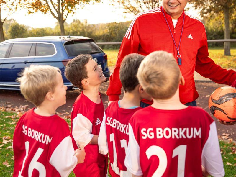 Vater und Trainer Marc Lohstöter mit Spielern aus der Jugendmannschaft