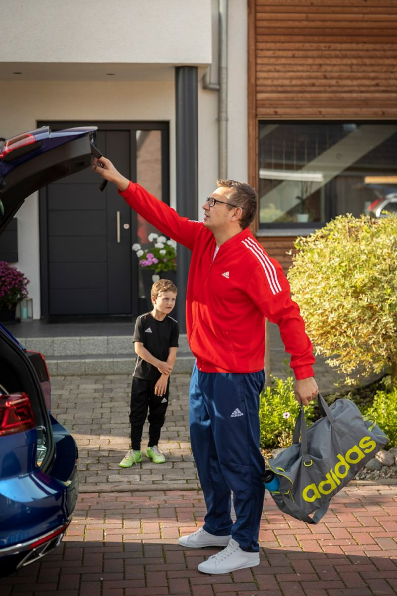 Marc Lohstöter und Sohn Tom am Passat Kofferraum