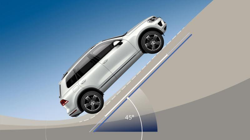 Una VW Touareg risale lungo una carreggiata con una pendenza di 45°
