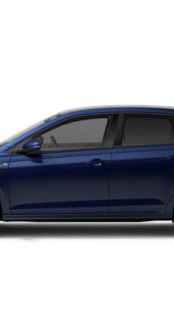 En mann lener seg mot bakenden på Volkswagen VW Polo Highline