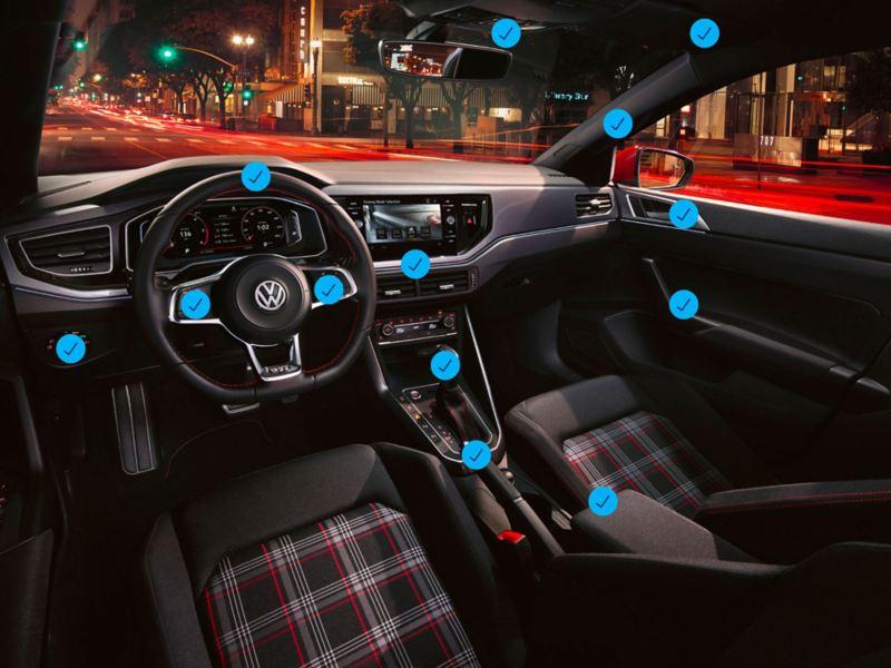 Interno anteriore di una Volkswagen con in evidenza i punti che saranno oggetto di igienizzazione.