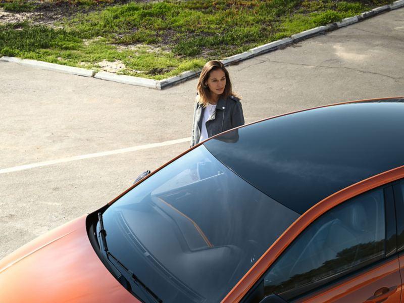 VW Polo in Orange. Blick aufs Roof Pack mit Dach und Außenspiegelgehäuse in Schwarz.