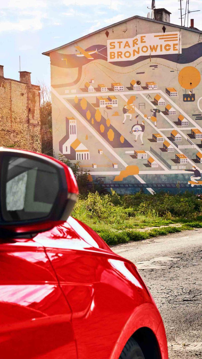 Der Polo in Lublin, nur zum Teil im Bild, im Hintergrund ein Mural.