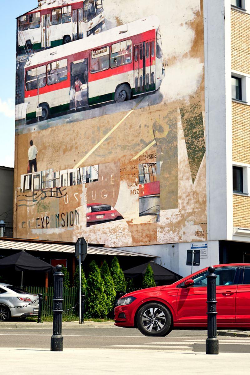 Der Polo fährt ins Bild, im Hintergrund ein Mural.