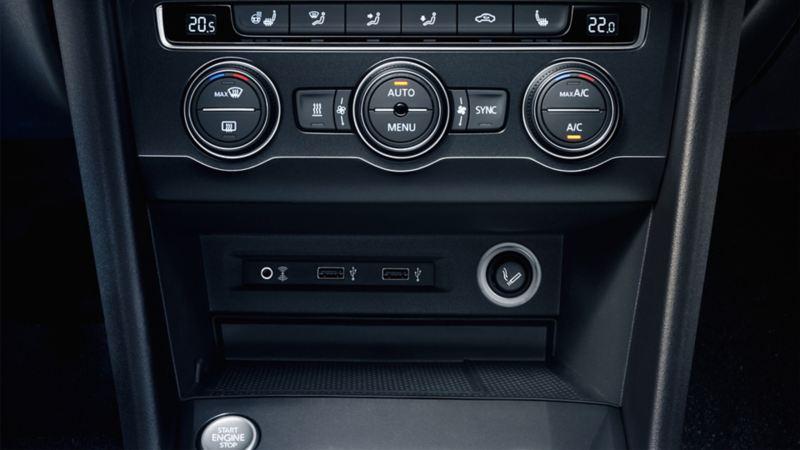La presa multimediale con collegamento AUX-IN su una Volkswagen
