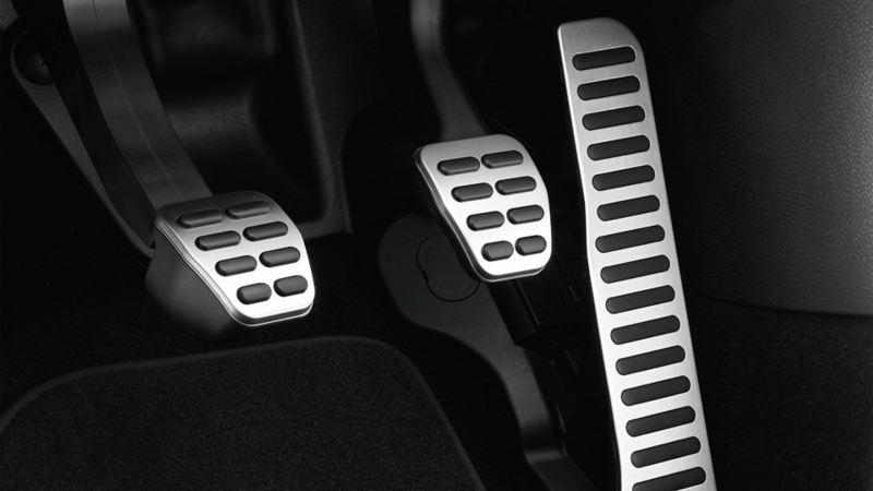 Visualizzazione della pedaliera nel vano piedi del sedile del conducente su una VW Scirocco