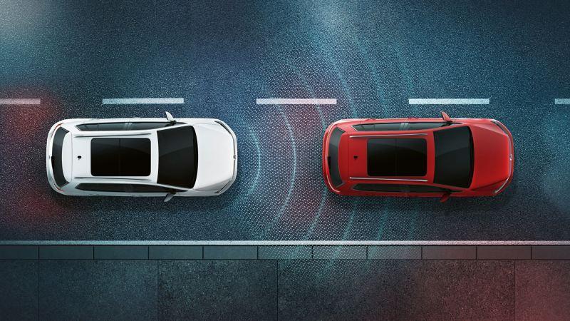 Due vetture Volkswagen di notte viste dall'alto. Si vede la rappresentazione schematica del funzionamento dei sensori del cruise control con regolazione automatica della distanza (ACC)