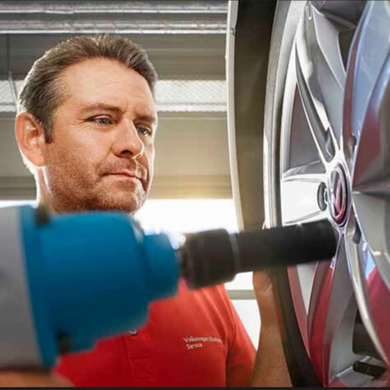 Service-Mitarbeiter wechselt Reifen