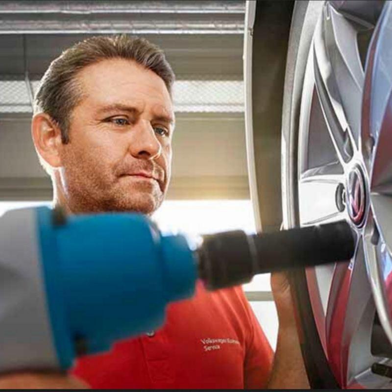 KFz-Mechaniker verschraubt Reifenschrauben – ReifenClever/ReifenPremium