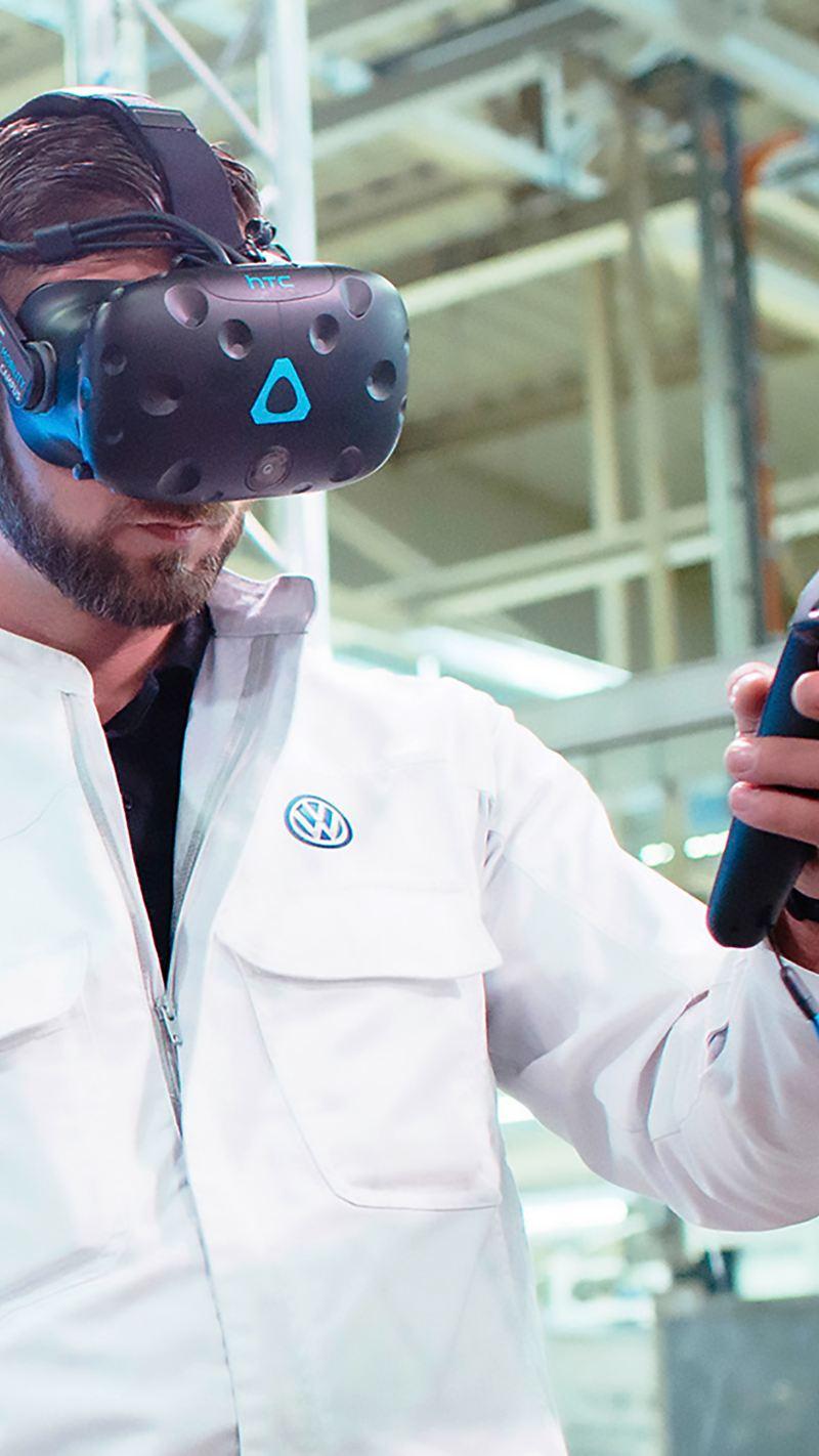 Volkswagen Mitarbeiter mit Virtual Reality Brille