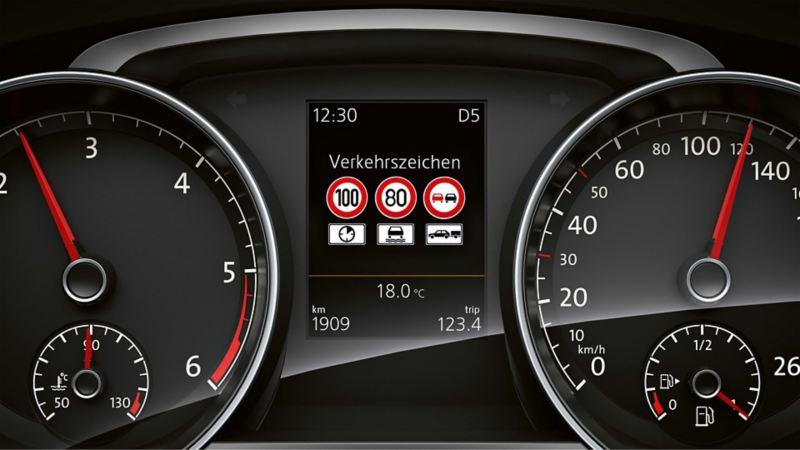 Visualizzazione del riconoscimento della segnaletica stradale sul display multifunzione di VW Golf