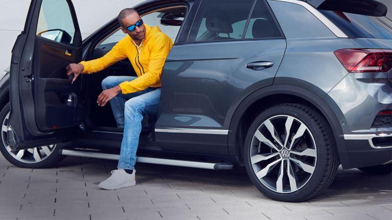 Una donna davanti alla sua Volkswagen