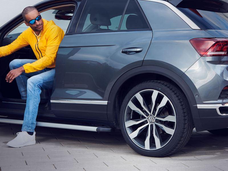 Uomo scende dopo aver parcheggiato la sua Volkswagen