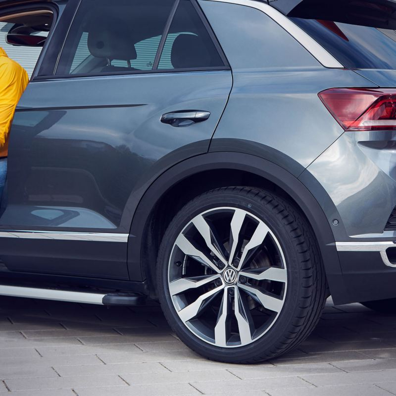 Un uomo esce  sua Volkswagen