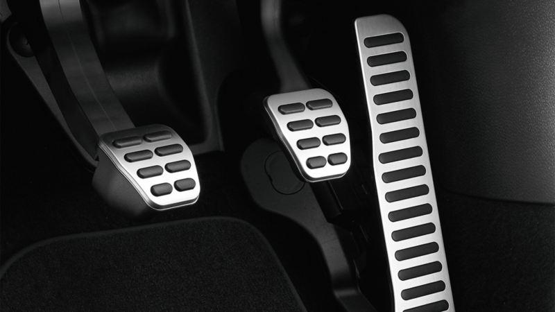 Darstellung der Pedalen im Fußraum des Fahrersitzes in einem VW Scirocco