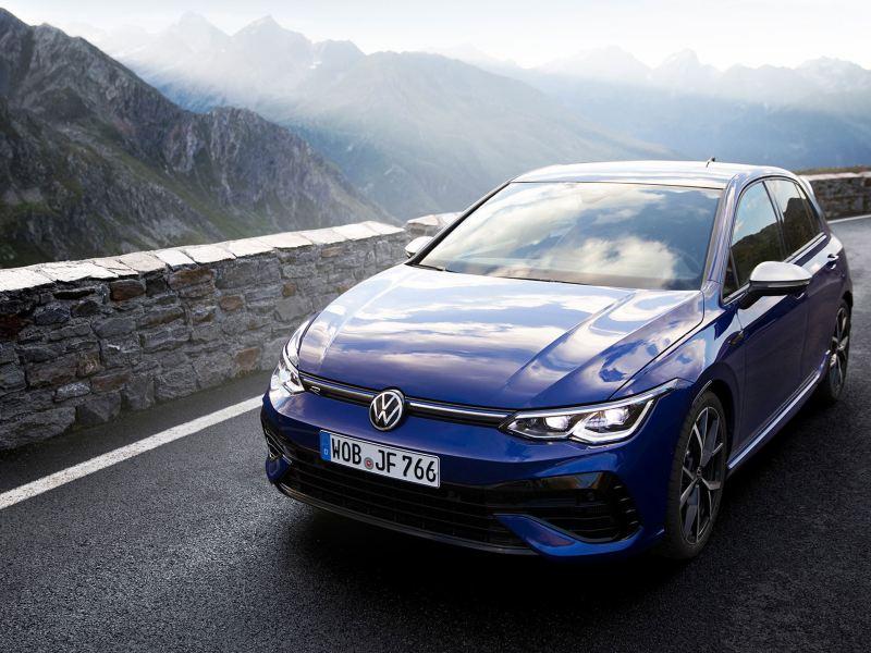 Volkswagen VW Golf R racingbil sett forfra i alpe fjellene