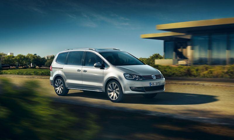 Volkswagen Sharan in movimento su strada vista lato passeggero