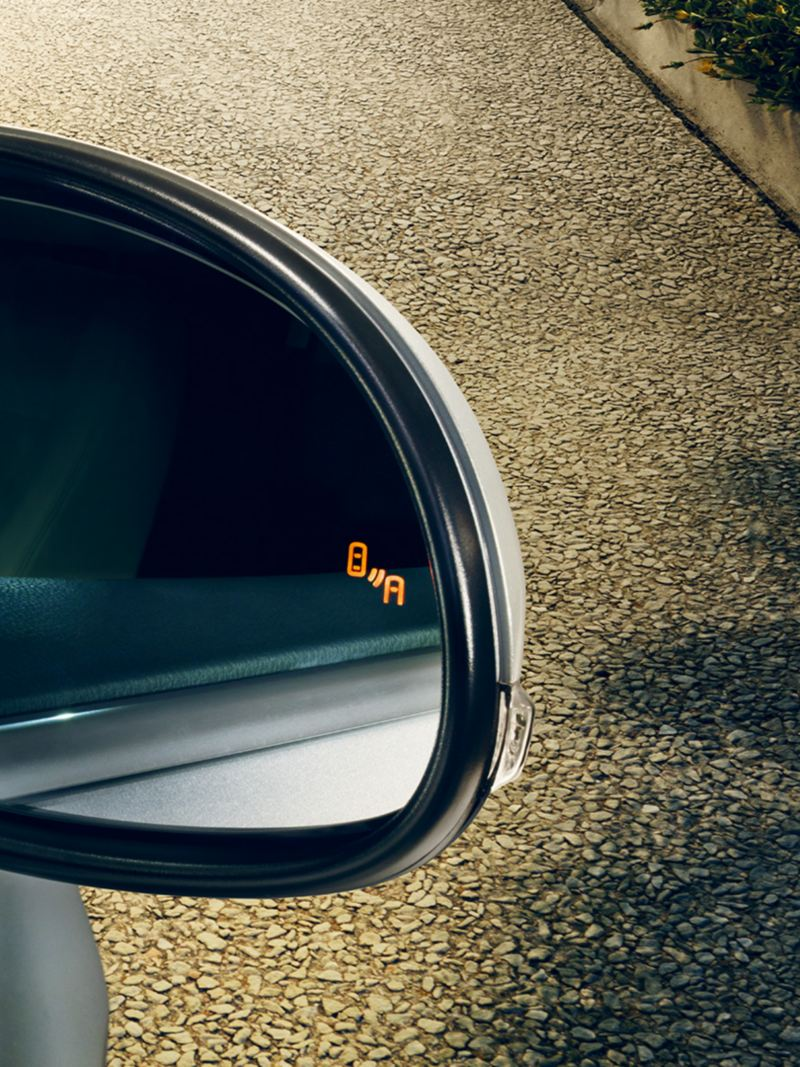 paricolare dello specchietto di Volkswagen Sharan con sensore Blind Spot attivato