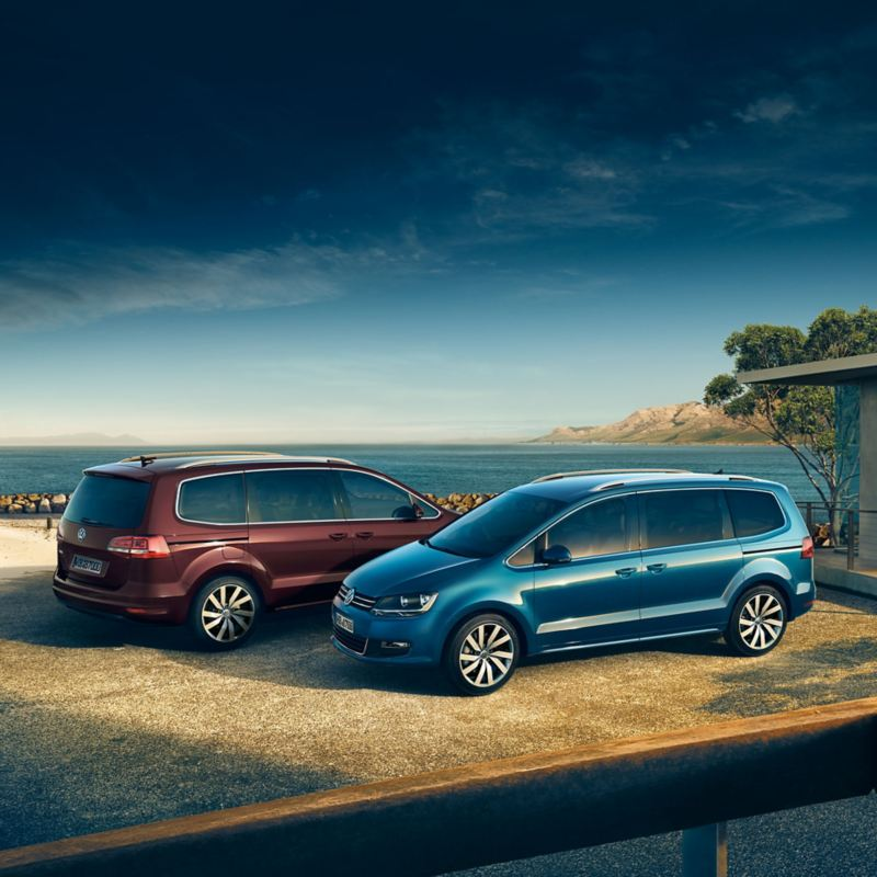 Zwei Volkswagen gegenüber am Strand – Autokredit-Vergleich