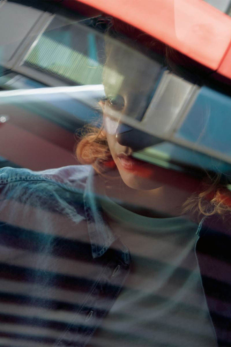 Une femme derrière une vitre du Sharan IQ.DRIVE.