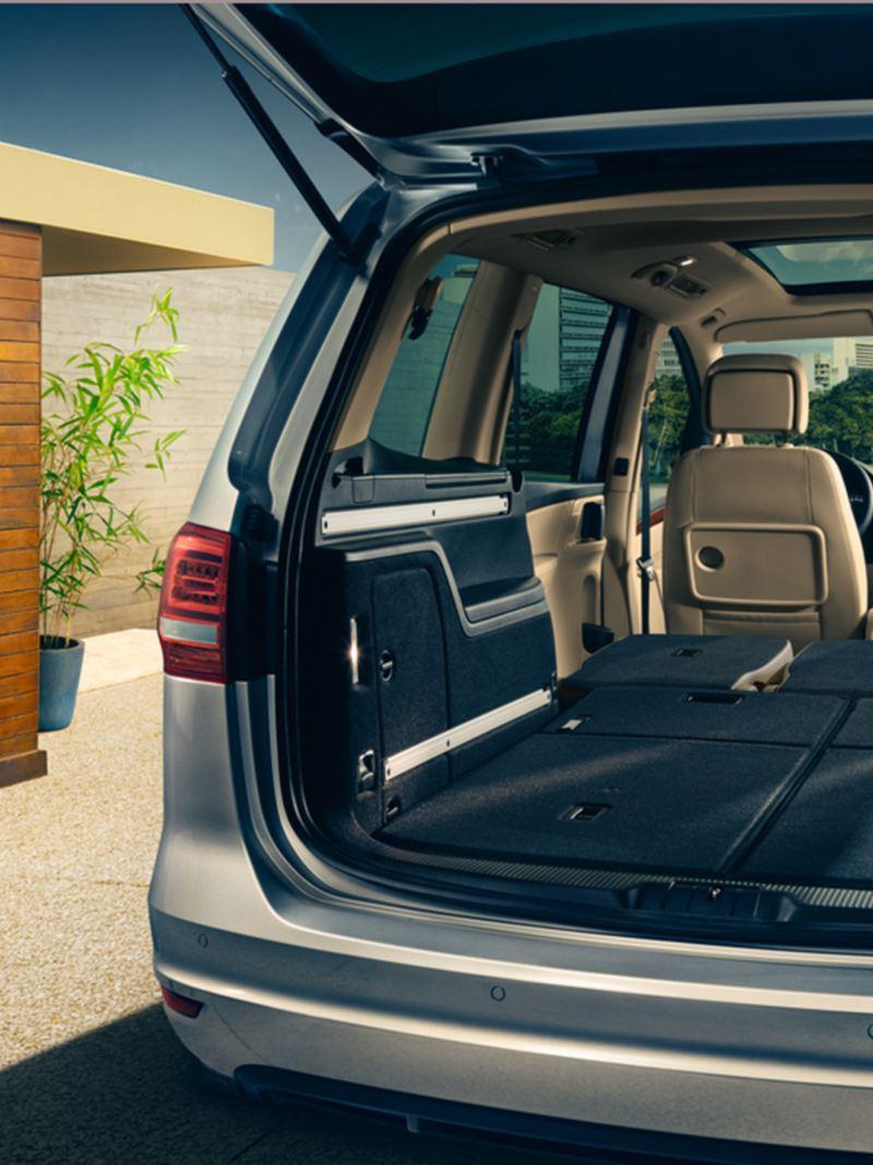 Vista dal bagagliaio dei sedili ripiegati della seconda e terza fila di Sharan VW