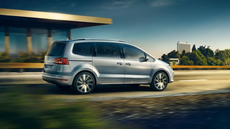 La VW Sharan in marcia su una strada