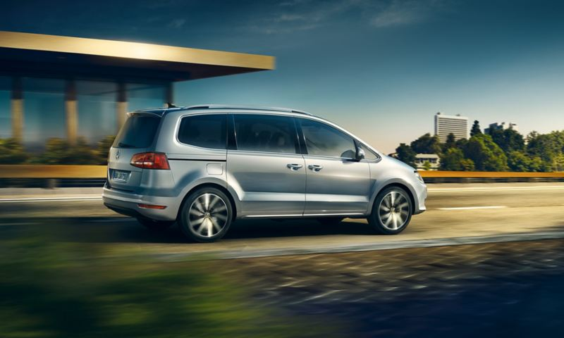 Volkswagen Sharan in movimento su strada vista posteriore