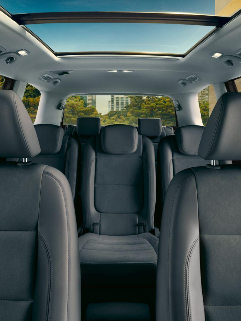 Vista interna sedili e tetto panoramico di Sharan Volkswagen