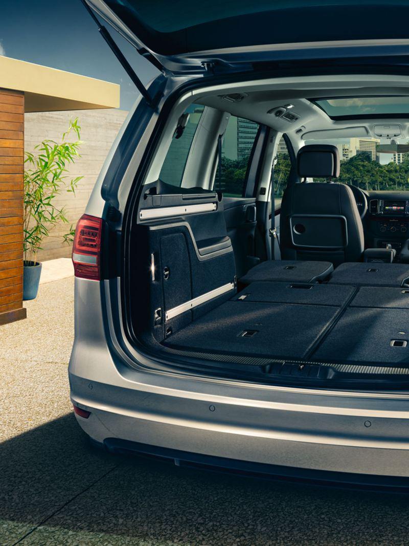 Vista bagagliaio aperto Volkswagen Sharan con i sedili posteriori e il sedile del passeggero ripiegati
