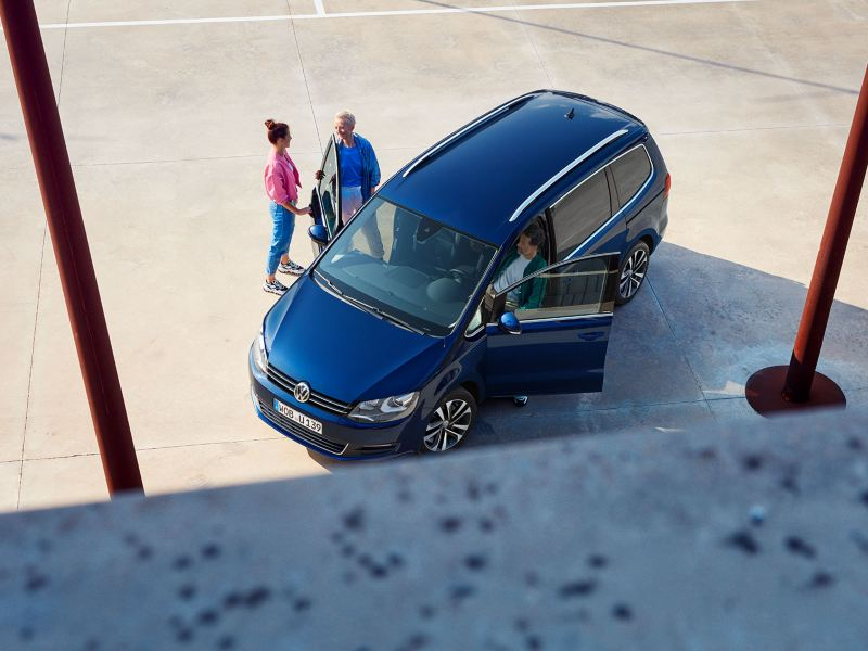 VW Sharan UNITED view from top, three people getting in the car