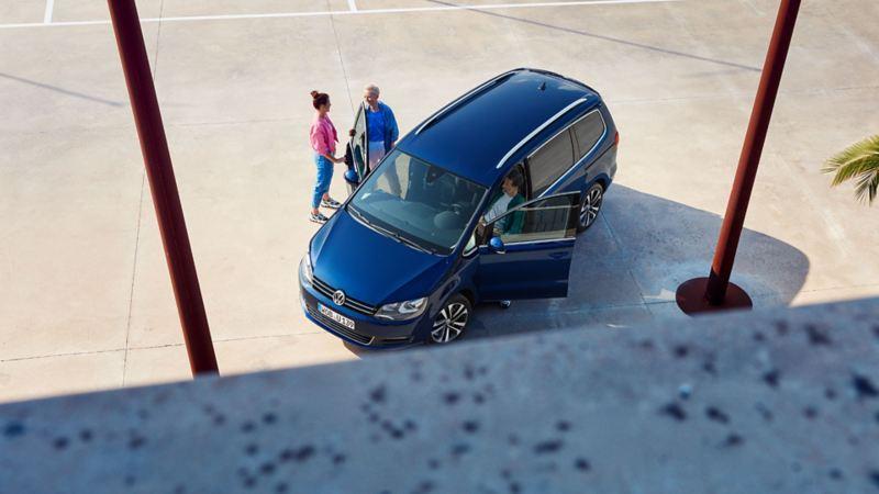 VW Sharan UNITED draufsicht mit drei einsteigenden Personen