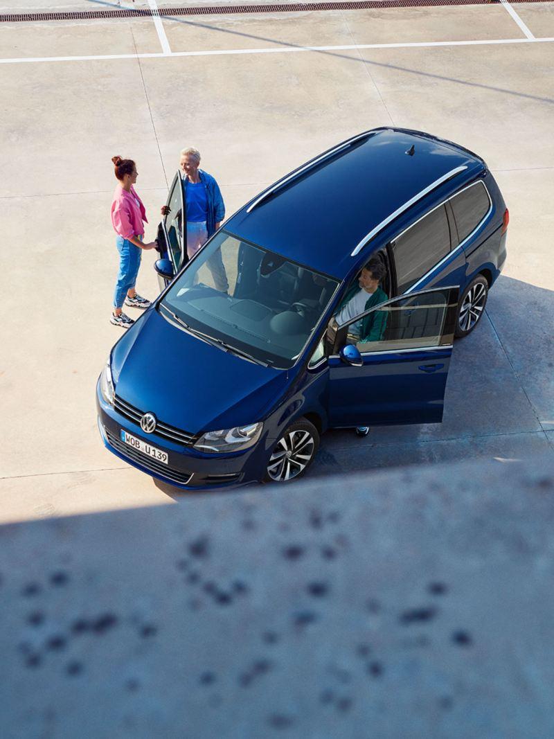 VW Sharan UNITED draufsicht mit drei eisteigenden Menschen