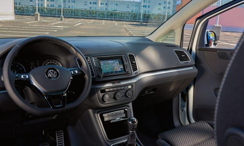 """Weißer VW Sharan ACTIVE von innen. Blick auf Multifunktionslenkrad, Pedalkappen, Armaturen und Sitz im Design im """"Waveform""""."""