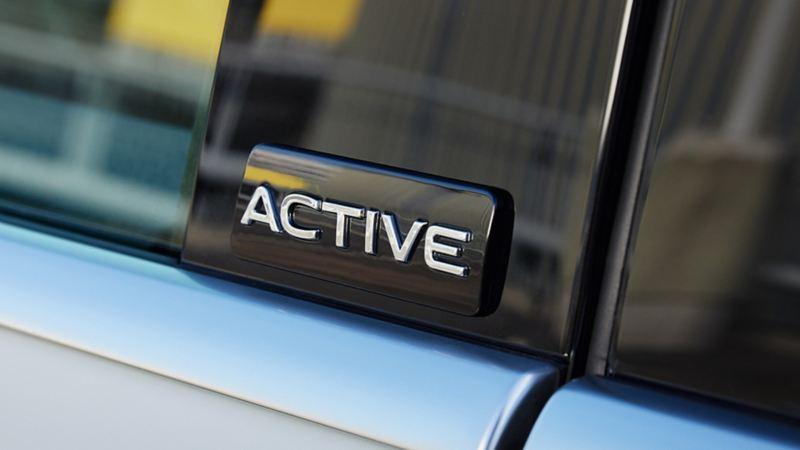 VW ACTIVE Sondermodelle Plakette an der Tür von einem weißen VW Sharan ACTIVE.