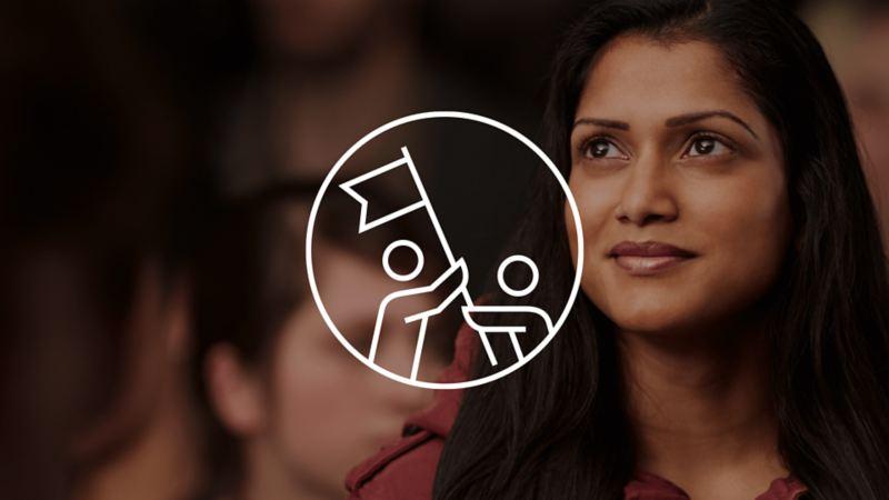 Icône représentant 2 personnes avec un drapeau sur la photo d'une femme avec d'autres personnes dans le fond