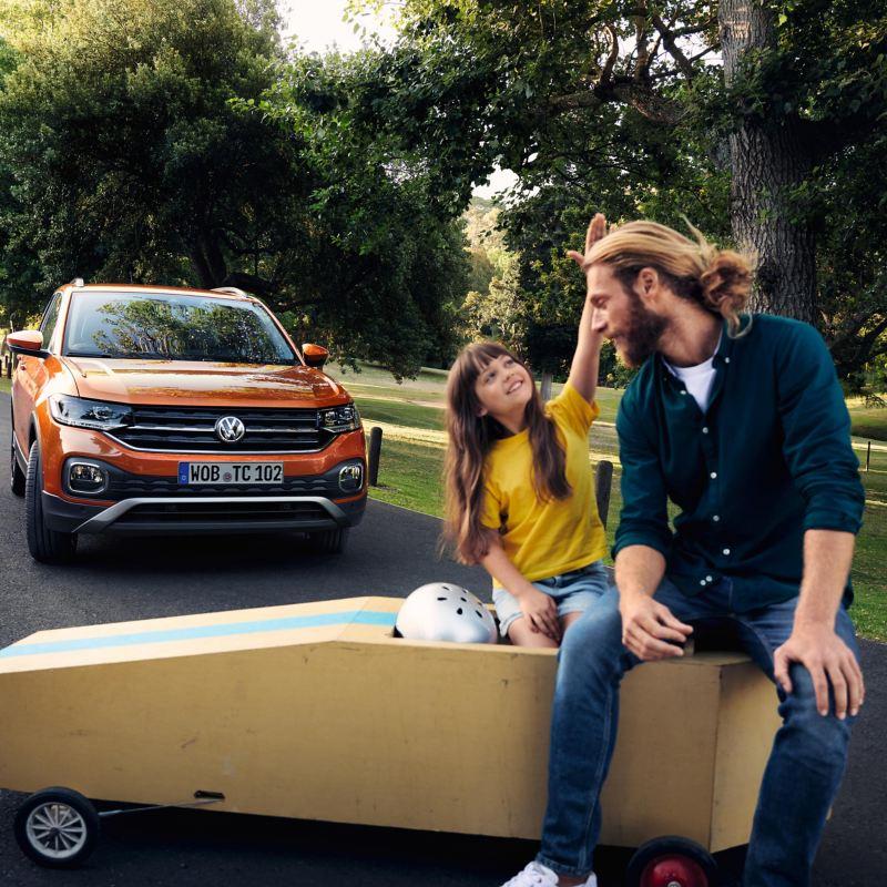 Padre con figlia davanti ad una vettura Volkswagen